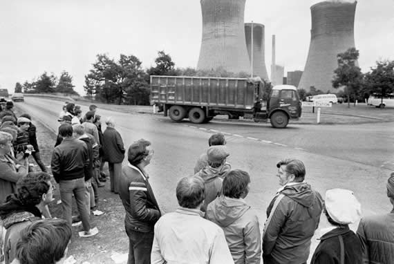 NUM strike: Coal lorry ignoring the pickets at a Nottinghamshire power station